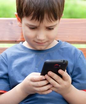 Chłopiec z telefonem komórkowym