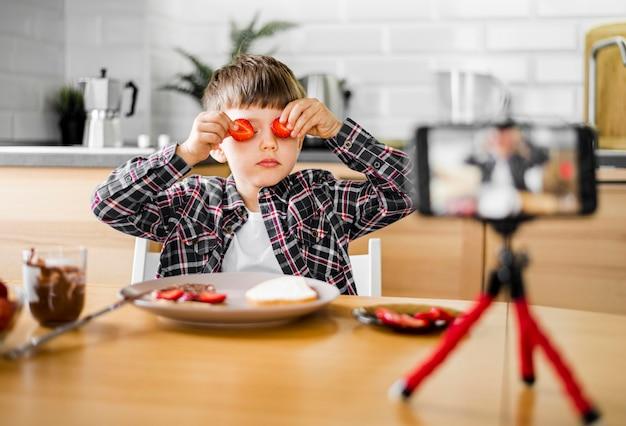 Chłopiec z truskawkami nagrywania