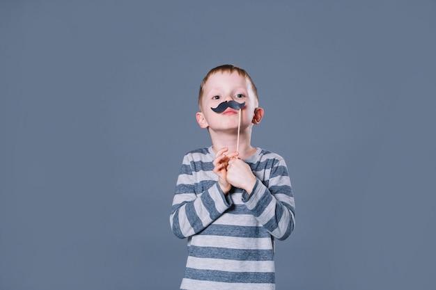 Chłopiec z wąsem