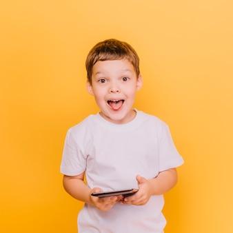 Chłopiec z wyrażeniem zabawy