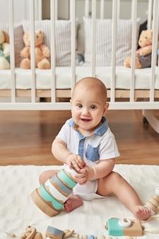 Chłopiec z zabawkami w pokoju dziecięcym