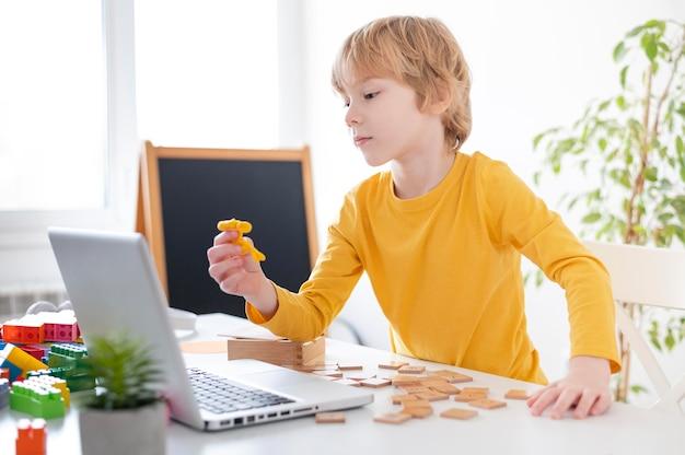 Chłopiec za pomocą laptopa w domu