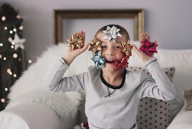 Chłopiec za pomocą wyobraźni przy dekorowaniu