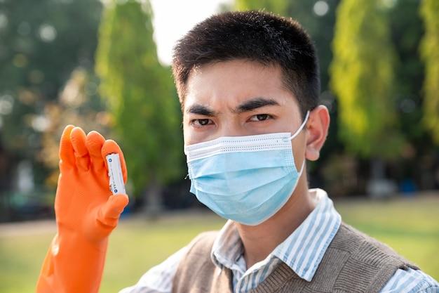 Chłopiec zbiera odpady niebezpieczne