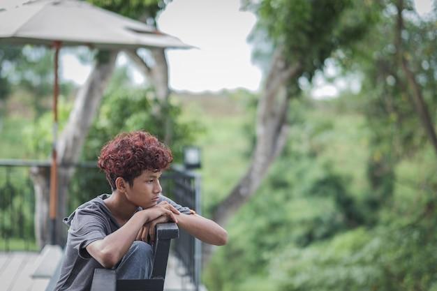 Chłopiec zostaje w domu znudzony zamknięciem szkoły z powodu pandemii. smutny i samotny w domu