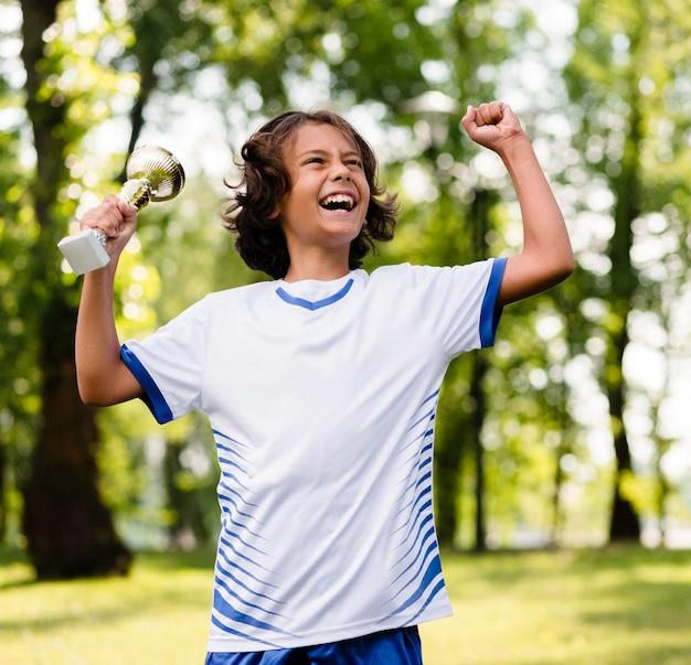 Chłopiec zwycięski po meczu piłki nożnej