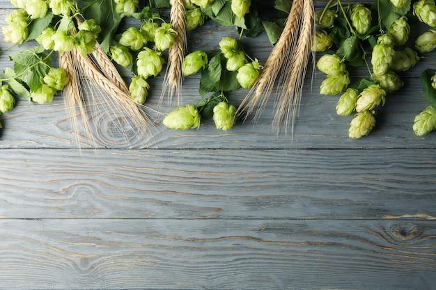 Chmiel i pszenica na drewnianym stole, miejsce na tekst