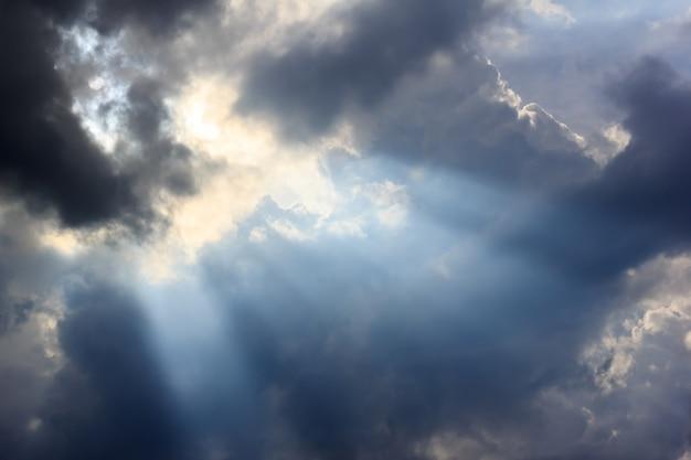 Chmura deszczowa i promień słońca