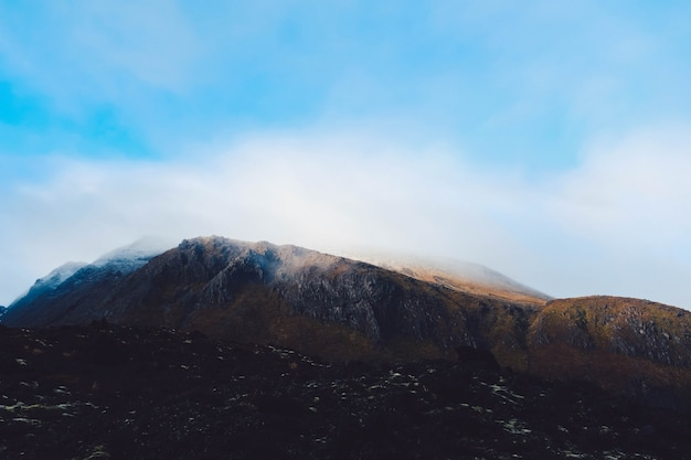 Chmura dymu wydobywającego się z górskiej scenerii dotykającej nieba
