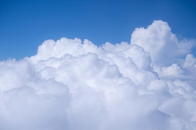 Chmura i błękitne niebo