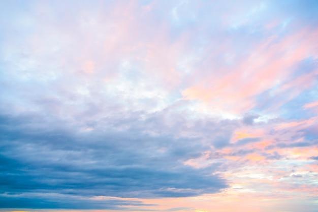 Chmura na niebie w czasach zmierzchu