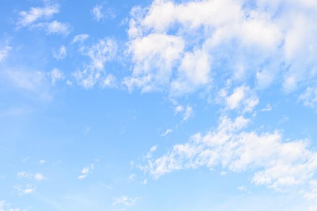 Chmura na niebieskiego nieba tle