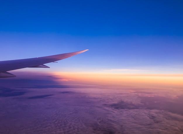Chmura nad niebieskim niebem