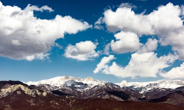 Chmura nad ośnieżonymi szczytami gór