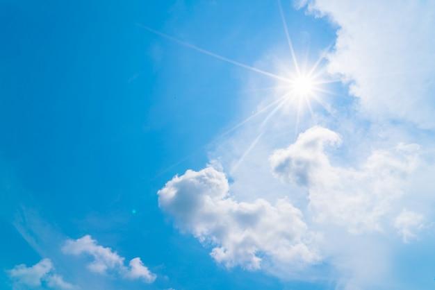 Chmura w błękitne niebo