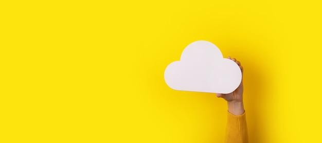 Chmura w dłoni na żółtym tle, koncepcja przechowywania, obraz panoramiczny
