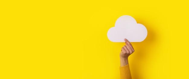Chmura w dłoni na żółtym tle, koncepcja przechowywania, układ panoramiczny
