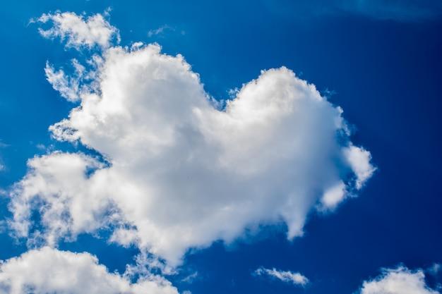 Chmura w kształcie serca na tle błękitnego nieba. do walentynek.