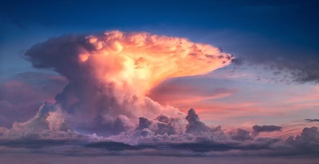 Chmura w postaci wybuchu jądrowego. jasne niebo o zachodzie lub wschodzie słońca.