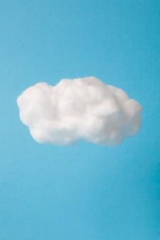 Chmura wykonana z waty na niebie