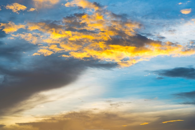 Chmura z niebieskim niebem po zmierzchu lub wschodu słońca.