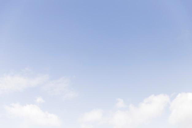 Chmura z niebieskim niebem