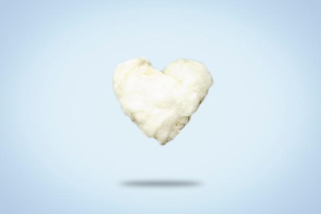 Chmura z waty w kształcie serca na niebiesko. koncepcja miłości, walentynki.