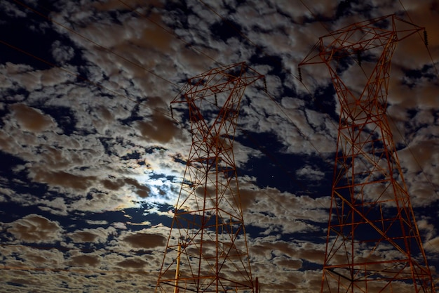 Chmurne nocne niebo z księżycem i gwiazdą. elementy tego obrazu