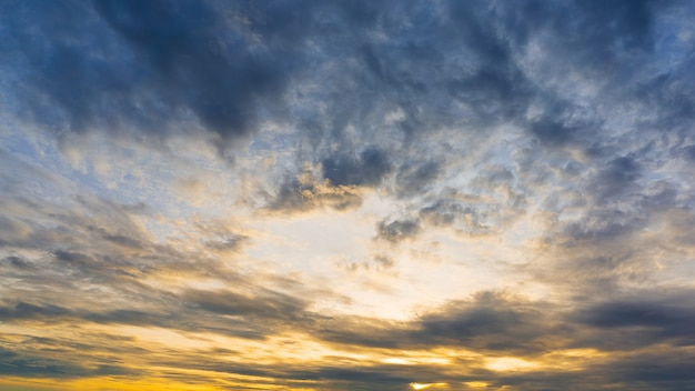 Chmurny ranku nieba natury tło