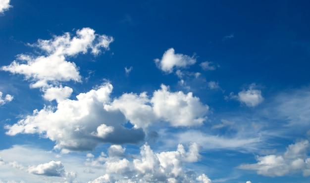 Chmury błękitne niebo wysoki kąt