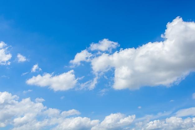 Chmury cirrus i cumulus na niebieskim niebie