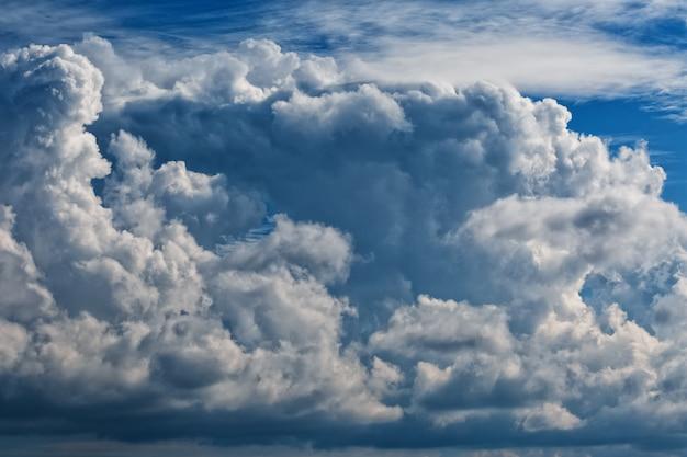Chmury cumulus, duża gromada chmur