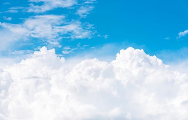 Chmury cumulus na błękitnym niebie, widok z okna samolotu