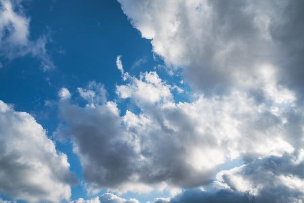 Chmury cumulus na niebieskim niebie