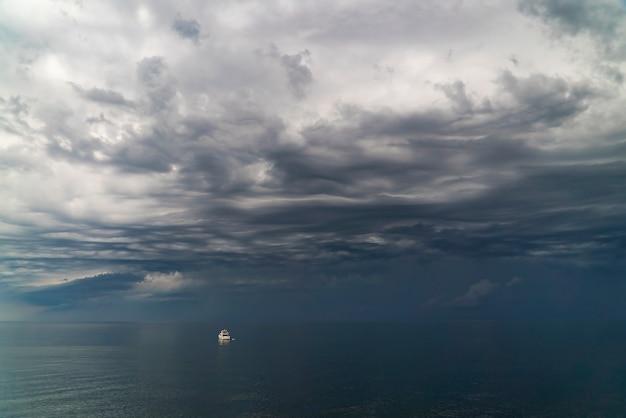 Chmury gromadzą się nad morzem przed burzą w pobliżu wybrzeża krymu.