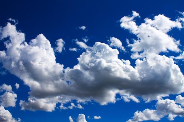 Chmury i błękitne niebo