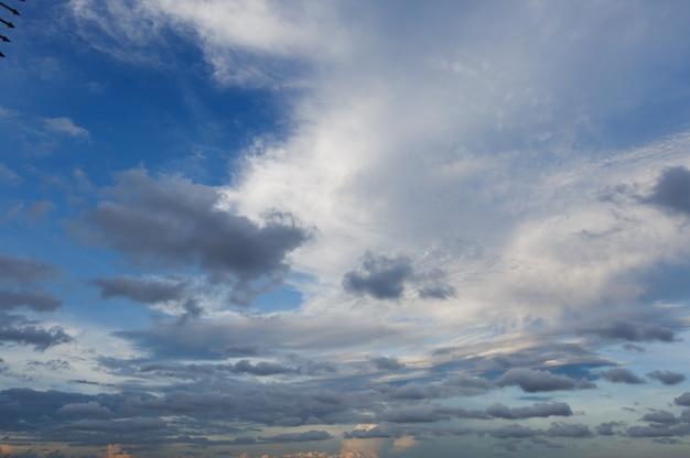 Chmury i niebo w dzień