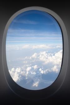 Chmury i niebo widok przez okno samolotu