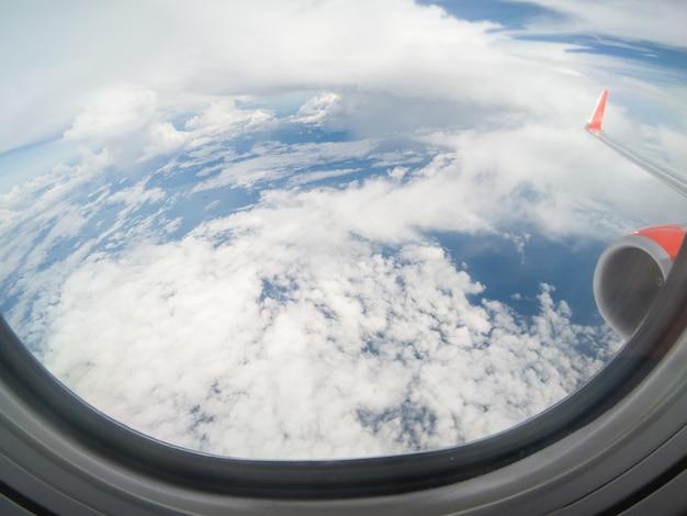 Chmury i niebo widziane przez okno samolotu. od gopro hero 5