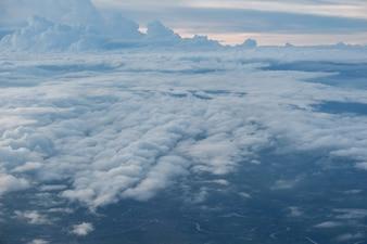 Chmury i niebo widziane przez okno samolotu