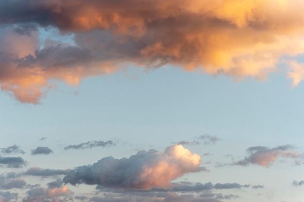 Chmury i promienie słoneczne na niebie