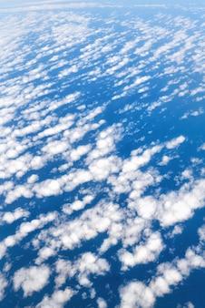 Chmury i widok nieba z okna samolotu. abstrakcjonistyczna błękitna tekstura. skopiuj miejsce