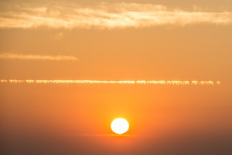 Chmury i zachód słońca