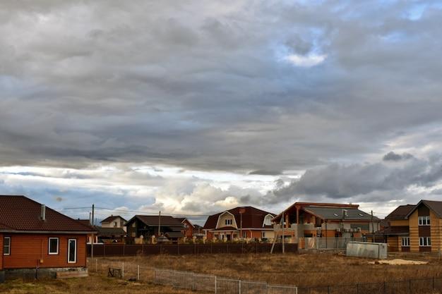 Chmury latają nad wioską domków
