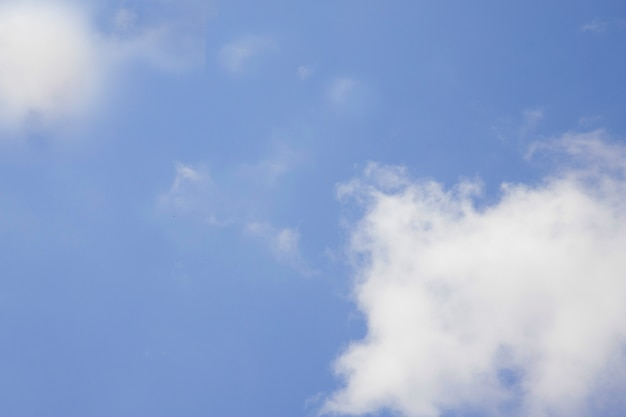 Chmury na błękitnym jasnym niebie