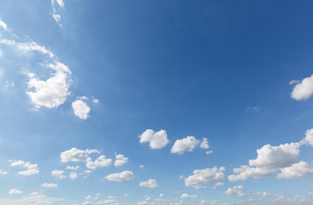 Chmury na czystym niebie z kopią miejsca