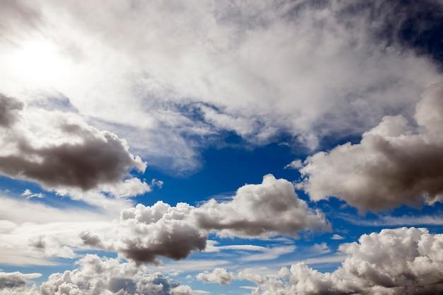 Chmury na niebie, chmury w zbliżeniu na niebie,