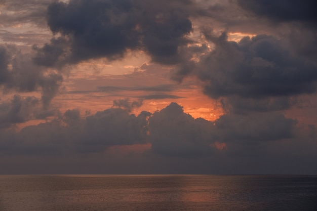 Chmury na niebie i morzu
