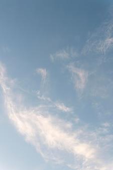 Chmury na niebie strzał pionowy