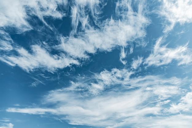 Chmury na niebie w słoneczny dzień.